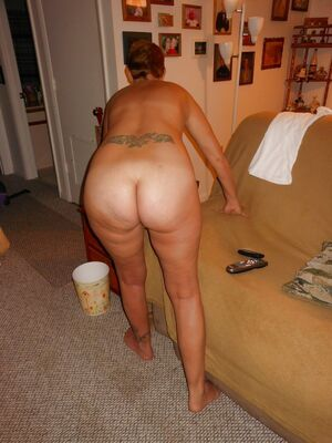 wife naked ass